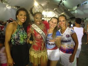 Cibele posa ao lado da 1ª Princesa do Carnaval de SP, Kátia Salles, a destaque Amanda Moraes e a coordenadora de harmonia Fernanda Cataldi. Foto: Agência Classe A/Divulgação