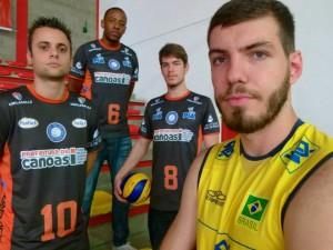 Pallotti, Rafael, Alê e Matheus, com a camisa da Seleção (Foto: Matheus Beck/Vôlei Canoas)
